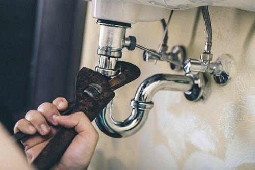 Comment réparer une fuite d'eau au niveau d'un raccord ?